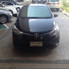 Photo taken at Toyota JD Car กัลปพฤกษ์ by 👑ρ̈eǝƶмαı̊ı̊ я.ᴘοяɴᴘɪмοɴ •💋 on 10/22/2013