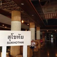 Photo taken at Pailyn Hotel (โรงแรม ไพลิน) by Jubu k. on 10/15/2014