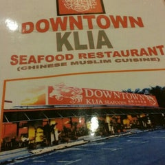 Photo taken at Downtown KLIA Seafood Restaurant (Chinese Seafoods Muslim Cuisine) by Ryo Y. on 5/23/2015