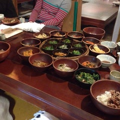 Photo taken at 산촌 (山村, Sanchon Temple Cooking) by Daeuk L. on 4/25/2014