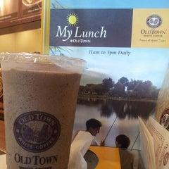 Photo taken at OldTown White Coffee by Jun Q. on 10/6/2013