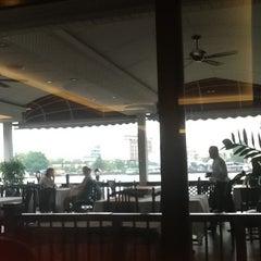 Photo taken at แว่นฟ้าราชวงษ์ (Wan Fah Restaurant) by Kristine F. on 11/7/2012