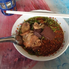Photo taken at ก๋วยเตี๋ยวไก่ป้านาค by คุณ ท. on 9/28/2012