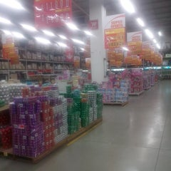 Photo taken at Makro by Henry B. on 11/19/2013