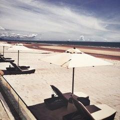 Photo taken at ชายหาดหัวหิน (Hua Hin Beach) by Alya on 8/27/2014