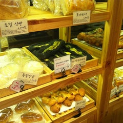 Photo taken at 쿄베이커리 (Kyo BAKERY) by jin on 10/16/2012