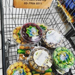 Photo taken at Giant Hypermarket by Abd Azharee A. on 7/5/2015