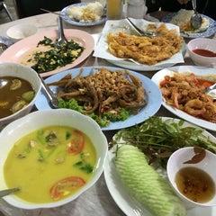 Photo taken at เพื่อนเดินทาง ร้านอาหาร&รีสอร์ท by pyyn on 2/6/2014
