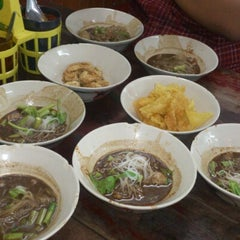 Photo taken at เรือทอง (Rue Thong Boat Noodle) by ALLNEWHUGO on 3/3/2013
