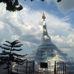 Photo taken at วัดปรมัยยิกาวาสวรวิหาร (Wat Poramaiyikawas Worawihan) by Chitʅ(´◔౪◔)スパチャイチット。 on 8/30/2015