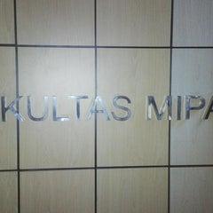 Photo taken at Fakultas Matematika dan Ilmu Pengetahuan Alam (MIPA) by Simon S. on 9/15/2013