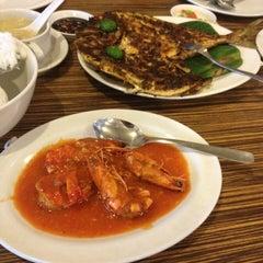 Photo taken at Rasane Seafood & Ikan Bakar by Nindya on 1/4/2014