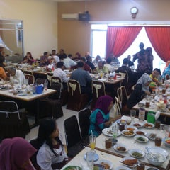 Photo taken at RM Padang SEDERHANA Pandanaran by Abdullah S. on 8/14/2014