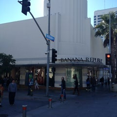 Photo taken at Banana Republic by Walter on 12/27/2012