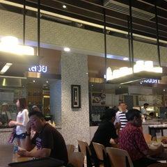 Photo taken at Food Republic (ฟู้ด รีพับลิค) by Saga on 3/31/2013