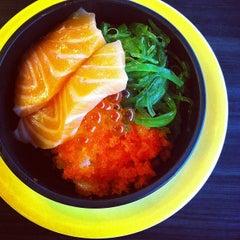 Photo taken at Heiroku Sushi (เฮโรคุ ซูชิ) by KαÖωWɑäη on 6/10/2013