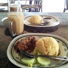 Photo taken at Restaurant Wey Aman Tom Yam by Arin B. on 4/11/2013