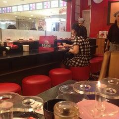 Photo taken at Sushi Express 争鲜回转寿司 by Abdelali   O. on 6/19/2013