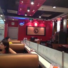 Photo taken at Sushi Express 争鲜回转寿司 by Abdelali   O. on 5/25/2013