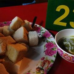 Photo taken at ป้าแอ๊ะ นมสด ขนมปังสังขยา (ข้างสมาคมฮากกา) by Rapee T. on 7/23/2014