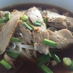 Photo taken at ก๋วยเตี๋ยวเป็ด บ๊วยโภชนา by Nattapong P. on 6/19/2015