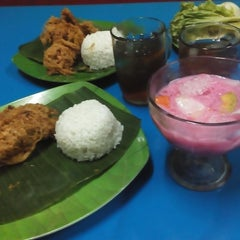 Photo taken at Bebek Kremes Sambal Gledek by Eka S. on 10/18/2014