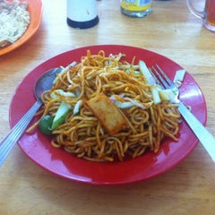 Photo taken at Tanjung Mee Goreng 顺兴茶餐室 by Kevin J. on 10/26/2013