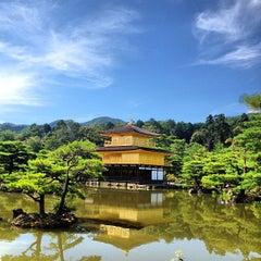 Photo taken at 北山 鹿苑寺 (金閣寺) (Kinkaku-Ji Temple) by Caio C. on 7/20/2013