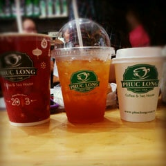 Photo taken at Phúc Long Coffee & Tea Express Mac Thi Buoi by Anh S. on 12/20/2012