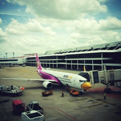 Photo taken at Don Mueang International Airport (DMK) ท่าอากาศยานดอนเมือง by Pipepot I. on 6/24/2013
