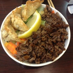 Photo taken at California Bowl Sushi & Teriyaki by Hanh D. on 1/21/2014