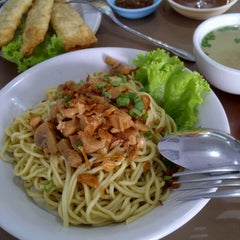 Photo taken at Mie Pangsit Gajah Mada by Rufina Wijaya on 8/16/2013