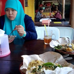 Photo taken at Nasi Pecel Sambel Tumpang by Wilda R. on 10/5/2013
