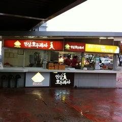 Photo taken at 인삼랜드휴게소 by JK on 10/22/2012