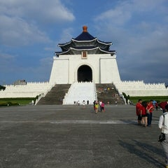 Photo taken at 中正紀念堂 Chiang Kai-Shek Memorial Hall by Candra 왕. on 7/1/2013