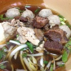 Photo taken at ก๋วยเตี๋ยวยักษ์ใหญ่ (Yakyai Noodle) by Praphan W. on 4/5/2015