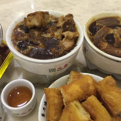 Photo taken at Pao Xiang Bak Kut Teh (宝香绑线肉骨茶) by Charmaine D. on 11/23/2015