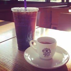 Photo taken at The Coffee Bean & Tea Leaf® by George L. on 7/16/2015