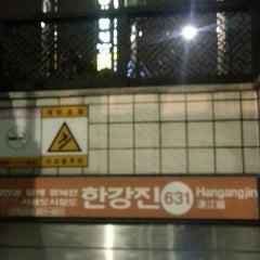 Photo taken at 한강진역 (Hangangjin Stn.) by SungKyun A. on 12/18/2013