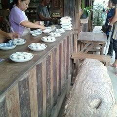 Photo taken at เรือนมอญริมน้ํา เกาะเกร็ด by na N. on 11/3/2012