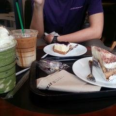 Photo taken at Starbucks (สตาร์บัคส์) by Porring Yakyai on 7/15/2013