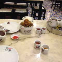 Photo taken at Pao Xiang Bak Kut Teh (宝香绑线肉骨茶) by Qiaowei G. on 12/21/2014