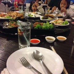 Photo taken at เกียง้วนภัตตาคาร มหาชัยซีฟู๊ด (Kia Nguan Restaurant Mahachai Seafood) by Nunkung R. on 2/14/2015