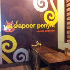 Photo taken at Dapoer Penyet by Ayu Silvia on 12/7/2012