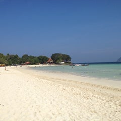 Photo taken at P. P. Erawan Palms Resort (พี พี เอราวัณ ปาล์ม รีสอร์ท) by Mirepazz on 12/26/2013