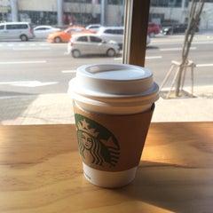 Photo taken at Starbucks by Young Jun K.🙇 on 2/25/2015