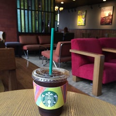 Photo taken at Starbucks by Young Jun K.🙇 on 8/20/2015