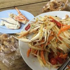 Photo taken at ส้มตำเจ๊ต่าย by Earn R. on 6/11/2014
