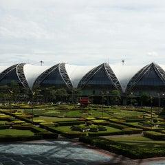 Photo taken at Suvarnabhumi Airport (BKK) ท่าอากาศยานสุวรรณภูมิ by Chulin [. on 11/15/2013