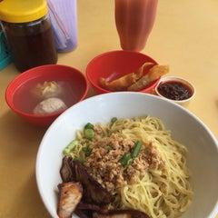 Photo taken at Restoran YiPoh 姨婆老鼠粉 by Alex l. on 1/30/2016